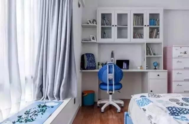 一张简单的儿童床,侧面墙壁做出移门大衣柜,解决卧室收纳问题.
