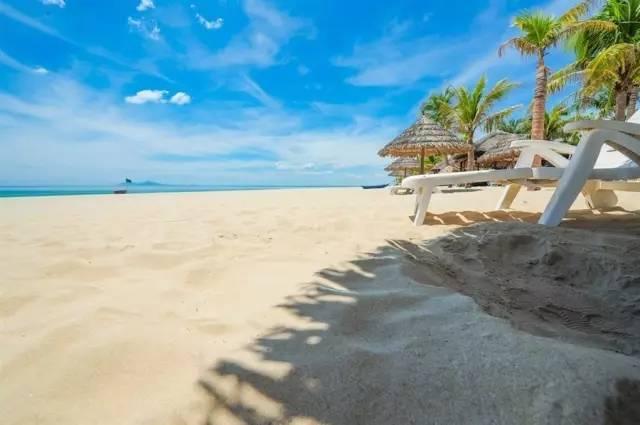喜爱运动的朋友可以享受沙滩排球,把大家从天堂的仙境中带回越南的海