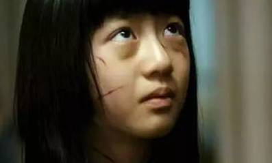 hd亚州色情电影_正文  (电影《熔炉》饱受校长性虐待的女孩) 然而咱中国对于儿童色情