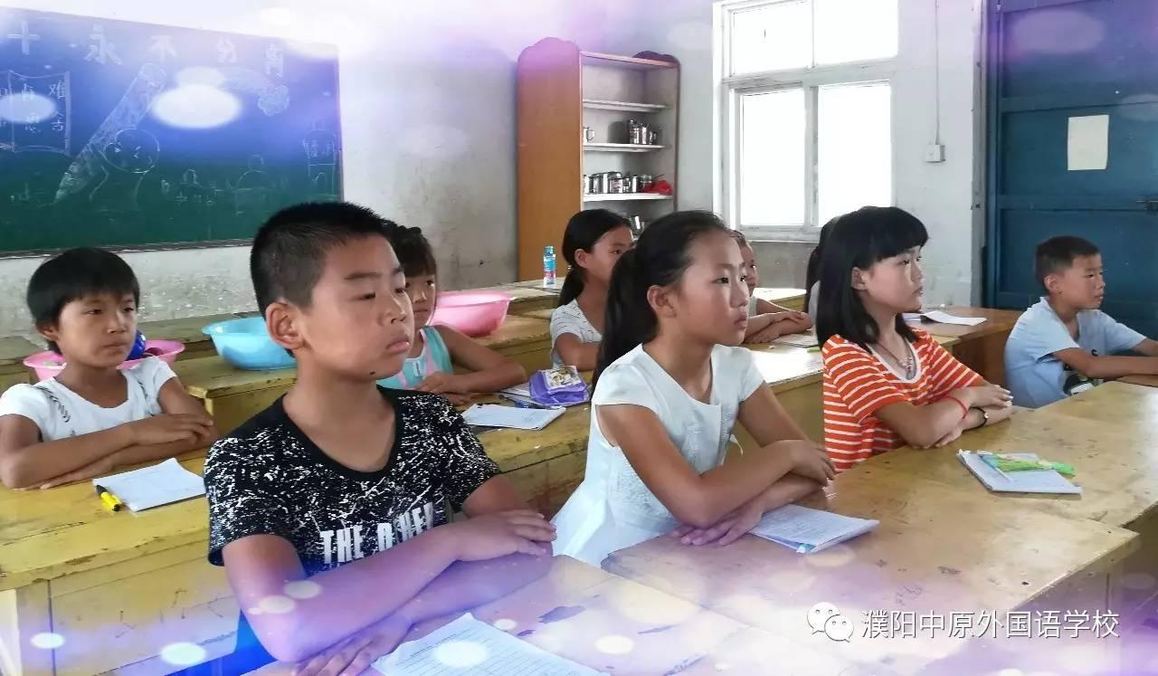 看,正在上课认真听讲的新入学孩子们!