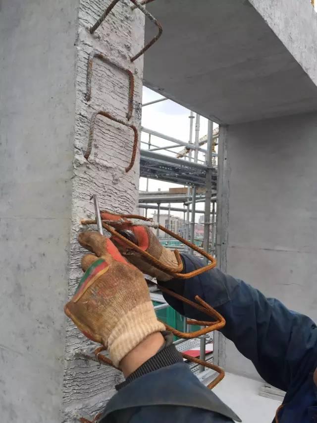 社会 正文  ▲ 灌浆机器 ▲悬挑工字钢埋件布置 ▲ 阳台下回顶支撑
