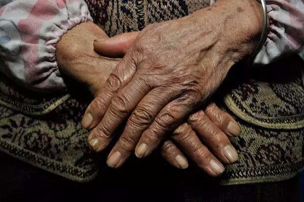 刘和刚演唱的《拉住妈妈的手》深情感人!78岁大爷含泪