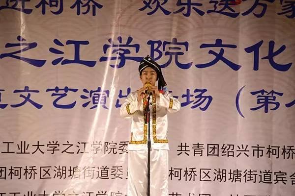 葫芦丝独奏《月光下的凤尾竹》,古筝弹奏《浏阳河》,电子琴演奏《祝福