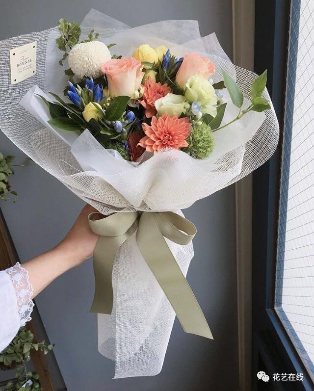 每一季度都会有新品发布,所以韩式花束的包装也最夺人眼球,花艺师在包图片