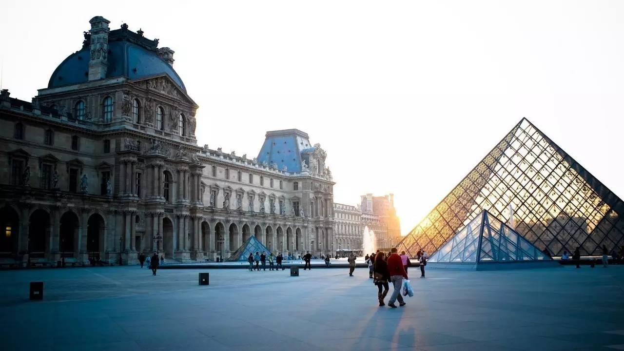 还可前往美籍华人设计师贝聿铭设计的卢浮宫玻璃金字塔广场自由活动