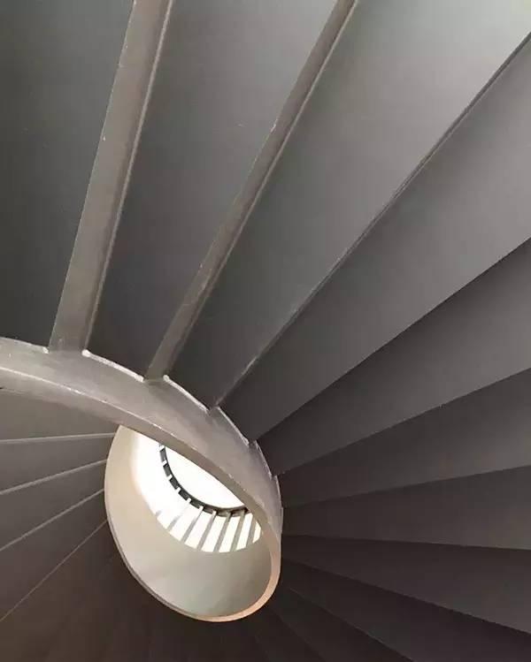 欣赏建筑结构美感,提炼建筑中的引导线条及排列组合,在画面中呈现几何