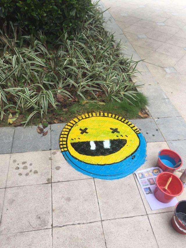 """2017年7月20日上午,保利紫山花园精心策划了""""我是艺术家,井盖大涂鸦"""""""