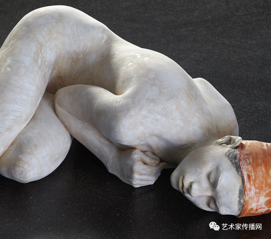 他用根木头弄成了美人体,极致的美震了世人图片