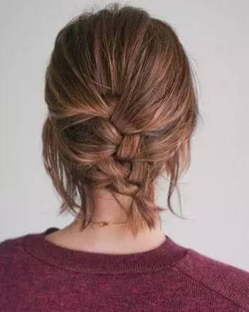 第四步:将短短的发丝都编进蜈蚣辫中后,用皮筋将辫子扎住.图片