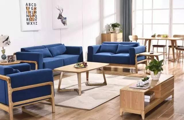 北欧装修风格简约却也不失时尚,白色的涂料,木色地板和桌椅,蓝色的