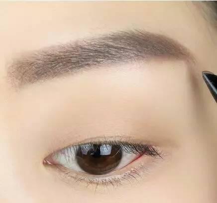 1:用棕色的眉笔画一条微微上挑的眉毛,挑眉加上单眼皮会增加妩媚