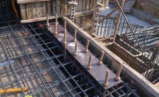根据钢结构柱的平面布置 ,先从角柱或边柱开 始 ,沿纵轴方向固定预埋