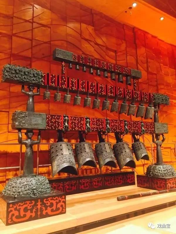 编钟 编钟、编磬、建鼓、篪、瑟等数十件中国古乐器精彩亮相,澳大利亚观众有幸近距离欣赏到金、石、丝、竹、匏、土、革、木八音合鸣的盛况,穿透千年历史的金石之声,和着丝竹管弦,将中华文明的灿烂辉煌呈现于澳大利亚观众面前,中国编钟古乐与悉尼歌剧院生动演绎了一场穿越历史的美丽邂逅。