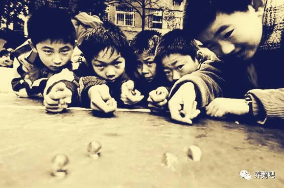 只有村里孩子未泯灵性,弹玻璃球,扒傻子,摔大头像,都是四肢着地,趴!