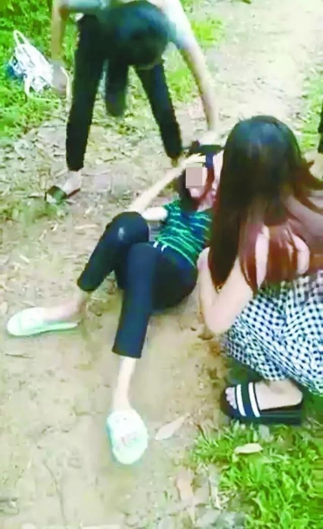 美女遭扒衣视频_广西一女生遭8人群殴扒衣拍视频传Q群!孩子疯了 ......
