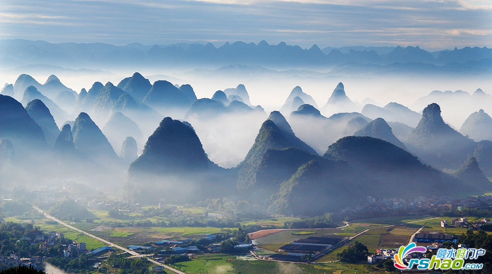 原标题:距离融水县城仅7公里的群峰云(liao)海(guai)观(sheng)景(di)台,好多人都不懂! 融水很多人一直都不懂,在融水县城西边,距离县城直线距离仅约7公里的国防路边上不远,有个可以看到群峰云海唯美大片的观景台,这就是贝江林场森林防火瞭望台。 该瞭望台属贝江林场管理,长期有人值守望火,由于地处海拔较高的山顶,在瞭望台向东望可见县城西面的群峰。并由于周边地形原因,贝江水汽大量从揽口往小荣一带输送,给瞭望台东面一带制造了云海形成的条件,这里常在雨后清晨出现壮观云海。 传说,上世纪80年代,这个