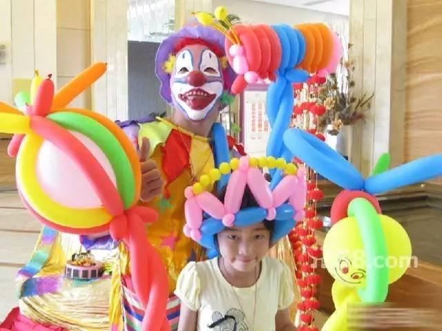 活动刚刚开始,小朋友们看到小丑叔叔,已经在编气球了,全部围在了小丑叔叔身边,要求学习编气球。小女孩喜欢花朵、棒棒糖,小男孩喜欢各种动物、大宝剑、小丑帽子,小丑叔叔都能娴熟的编出来,小朋友们都能认真的学习。拿到自己喜欢的气球后,小朋友们都欢呼雀跃,去接着参加其他,diy项目了.
