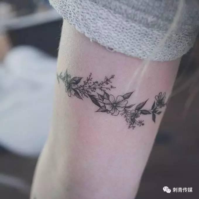 酷酷酷的臂环纹身
