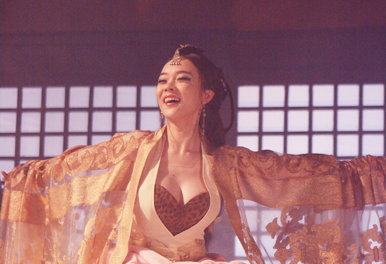 角色:苏妲已饰演者:霍思燕那个豹纹通俗的衣裳我就不吐槽了霍思燕演苏妲已跳舞的时分我特郁闷没事老抖胸抖胸.