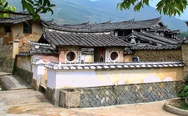村落沟渠相贯通,其建筑以砖木结构为主,土木结构为辅,以各家族聚居为