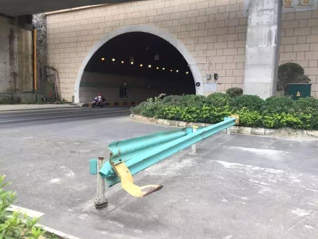 贵阳这个隧道口,常有摩托车横穿马路,已有车主差点撞上!