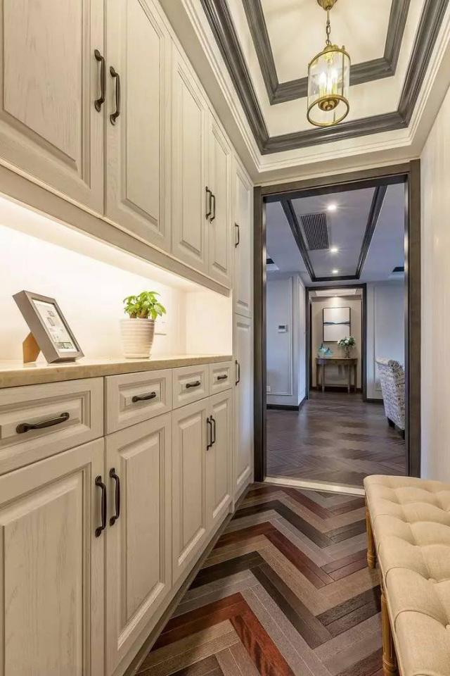 时尚 正文  装修风格:古典台式风 硬朗的线条装饰了墙面和顶面,实木