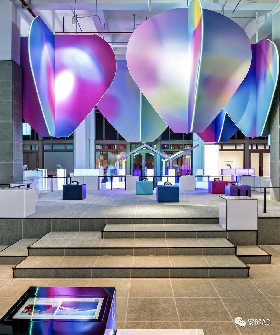 """将""""像素概念""""变为设计语言,在这个空间里,展台,桌椅,灯具全部像素化"""