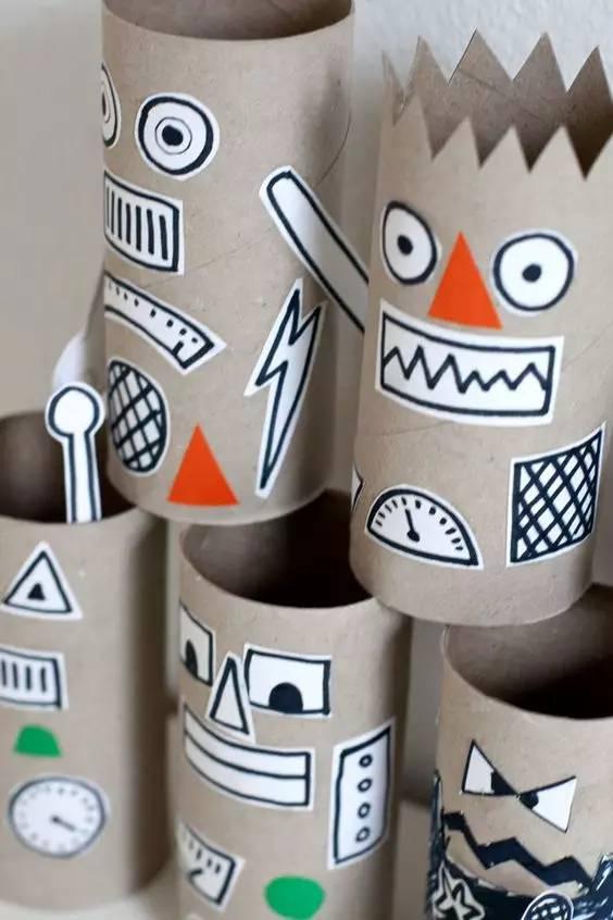 神秘图腾 圆柱形的纸筒像什么?能否让你联想到神秘的图腾柱?把卷纸筒当图腾来设计,会给你意想不到的惊喜!在开始画之前,老师可向孩子简单介绍图腾,将几个关于图腾的神话故事,将孩子们的兴趣调动起来。 图腾上可以是神像的面孔,更可以是孩子们自己设计的相当可爱的脸。