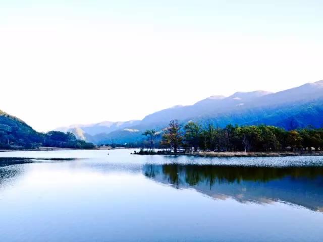 第二天 早餐后驱车赴大九湖国家湿地公园(游览时间约3小时左右),大九湖国家湿地公园位于神农架林区西北部,具有典型的高山草甸特色,素有湖北的呼伦贝尔之称。九湖坪四周高山环绕,最高峰2800米。大九湖素有高山盆地和天然草场之美称,自然风光旖旎,气候宜人,被称为世外桃源。湿地内,有丰富的高山草甸和湿地蕨类植物,还有鹳、鹤、梅花鹿等珍稀动物,具有极高的科考价值。下午游览神农祭坛风景区(游览时间约1H左右)祭坛内炎帝神农氏塑像高大雄伟,又有南方的秀丽阴柔;可游览神龙洞景区(游览时间约1H左右),神龙