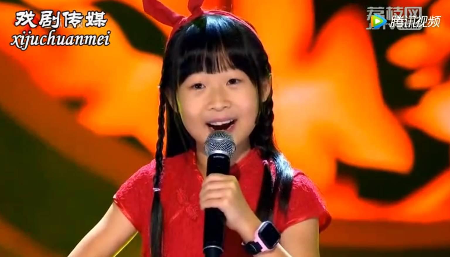 阎维文评价,她唱的这首由京剧名家胡文阁改编成京剧的《我爱你中国》