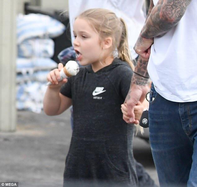 贝克汉姆和家人出街游玩 小七牵手小贝吃冰淇淋
