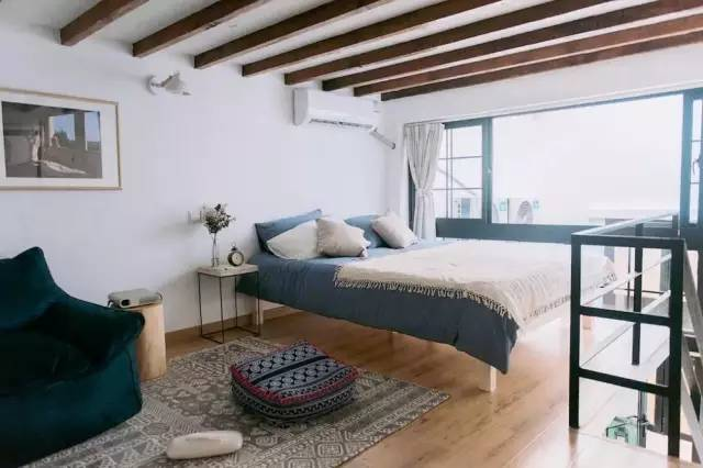 两个房间的坡屋顶和高窗都特别有韵味,欧式家具,原木风格吊顶,吧台