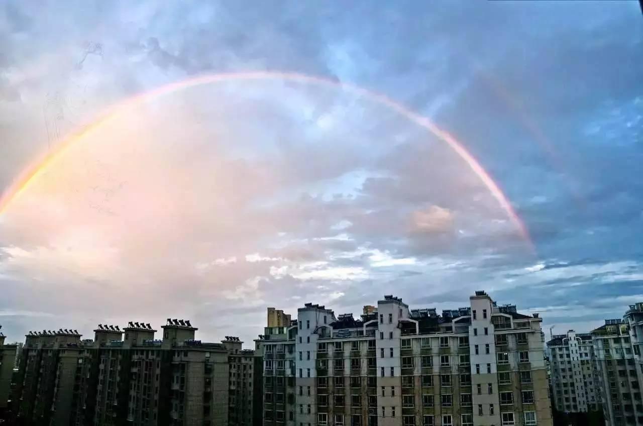 以下图片来自朋友圈 除了彩虹 傍晚时分 江北的天空还出现了超炫酷的图片