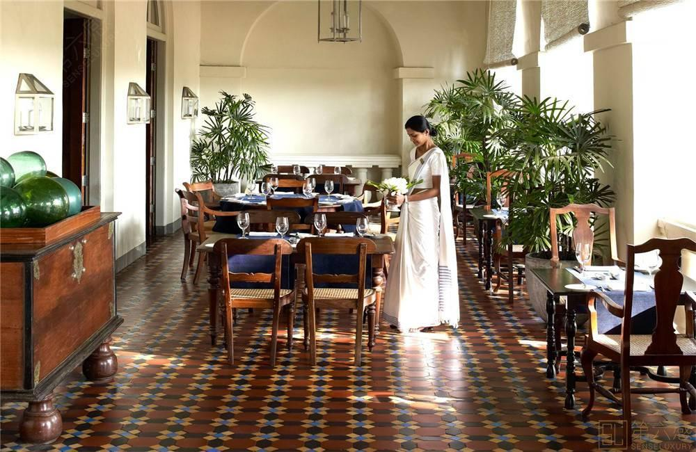回廊式的设计,敞开式的拱形窗户使这里一直阳光明媚,每到下午茶时间总