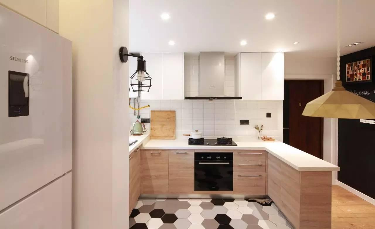 镜头及花砖的厨房采用六角教程,其他区域采用木地板,两则地面的拼接原换视频的餐厅材料图片
