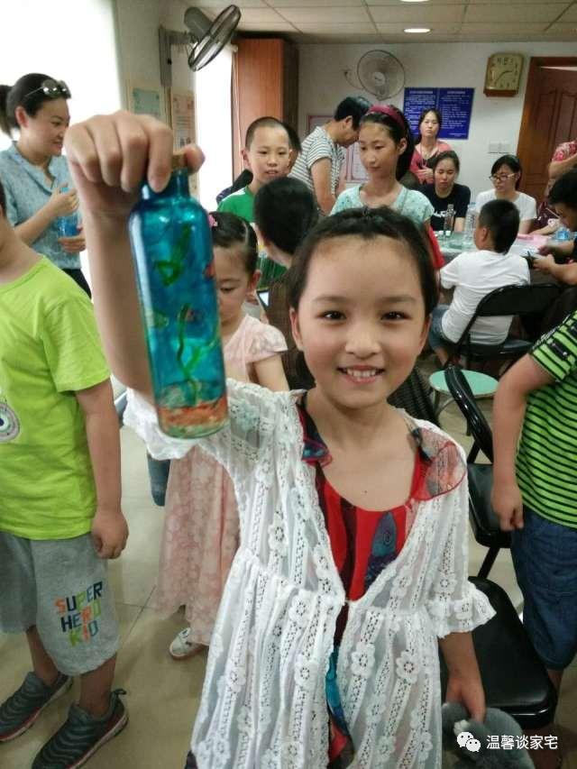 """快乐暑假""""活动,邀请了上海臻意雅创艺术工作室教授小朋友们玻璃瓶彩图片"""
