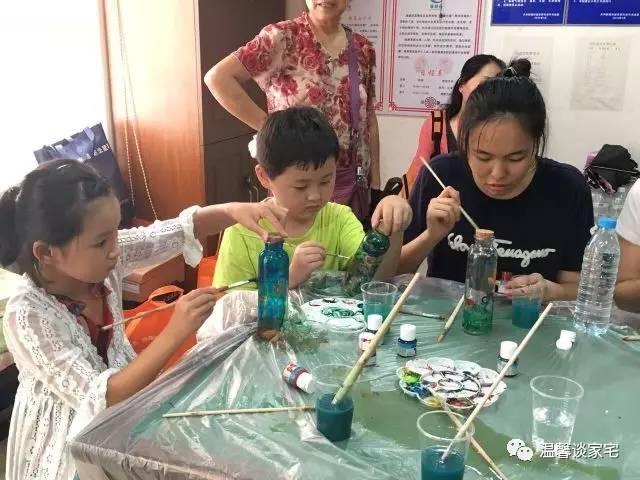 """快乐暑假""""活动,邀请了上海臻意雅创艺术工作室教授小朋友们玻璃瓶彩绘图片"""