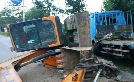 燕郊东外环交通事故 卡车前脸损坏,挖掘机翻了.