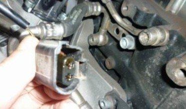 涡轮增压器断路阀内部损坏,插头内部都是机油.图片