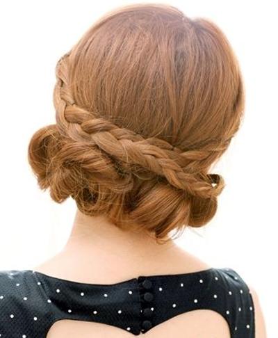 步骤4:再将两侧麻花辫在脑后交叉,盖在刚才的盘发上.图片