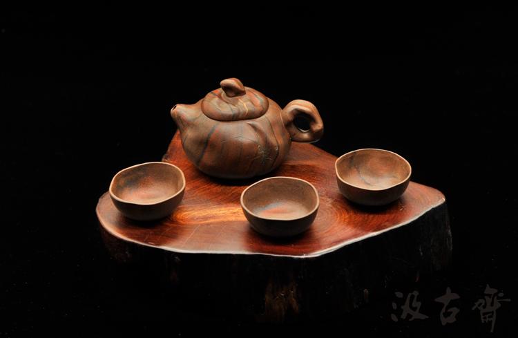 因此,养成良好的用壶手势,在使用茶壶时静心,凝神,就不必担心壶盖会不