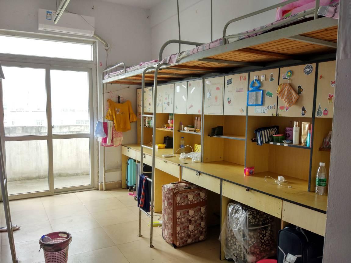 教室配备独立课桌,座椅,立式空调和饮水机.