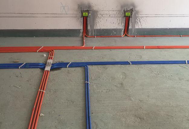 4.电路改造 电路改造是紧接水路改造的一个步骤。在翻新旧房的时候我们发现,很多旧房用的还是易老化、导电性差的铝线。改造中要把这个问题解决。尤其是厨房和卫生间这两个地方的电路,更是要谨慎。5.敲砖 卫浴的拆改需要敲砖。在敲砖过程中有可能会将防水层敲掉,这时候还为了保险起见,一般会再补上一层防水。敲插座和管线位置的砖时,要谨慎一些,先摸清两者的走向,以免损坏管线。 你学到了吗?翻新旧屋的时候千万记得,一点也不能漏掉啊!