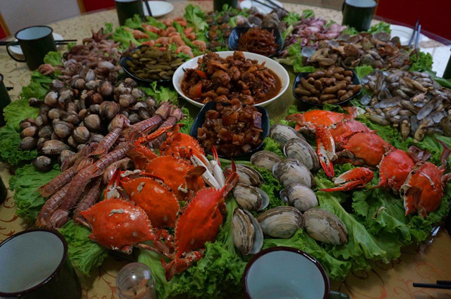 青岛景点全是海,青岛特色美食当然就是海鲜了↓ 青岛有几条比较著名
