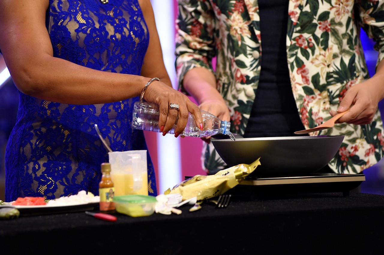 第一步:首先玉米粉倒入看清至入门楚,在锅里精通一杯半的水.安卓从搅拌到加水光盘下载图片