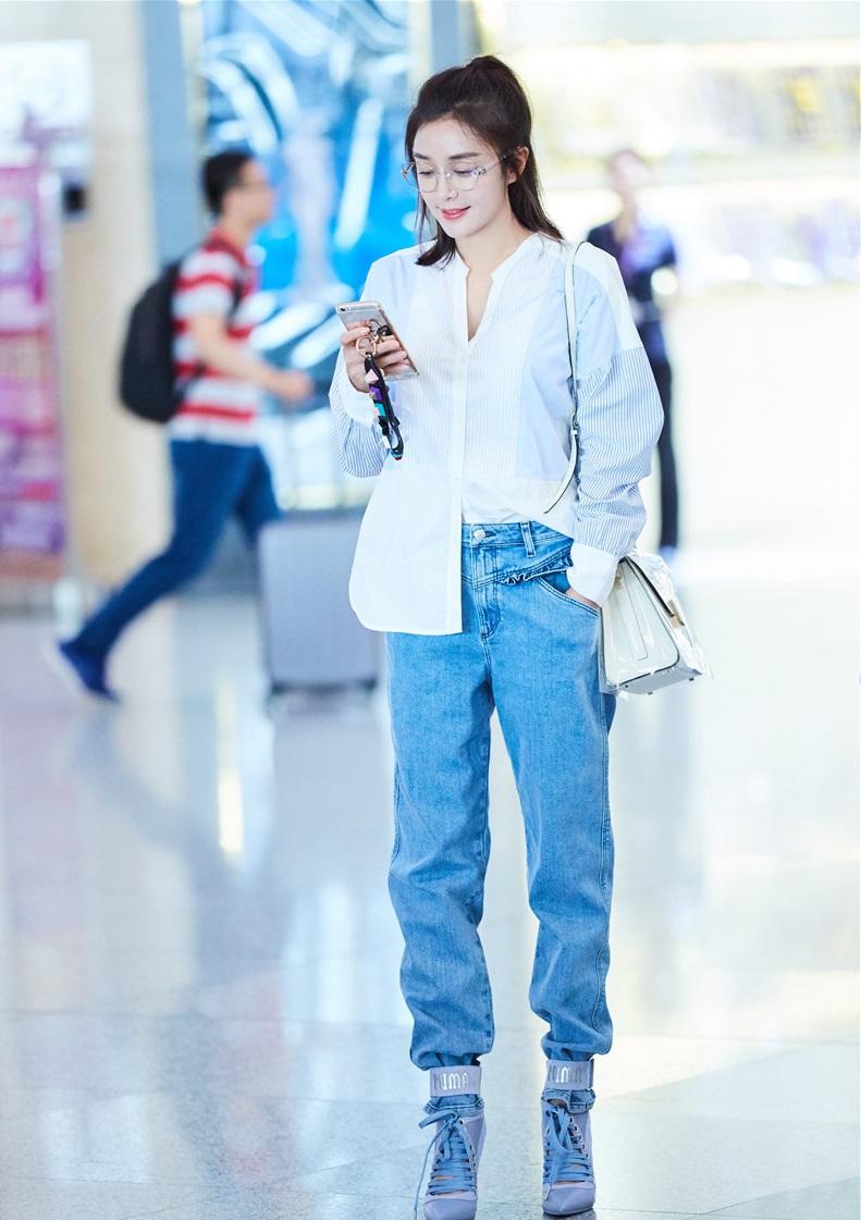 迪丽热巴紧身牛仔裤现身机场,秦岚衬衣牛仔裤搭配就没图片