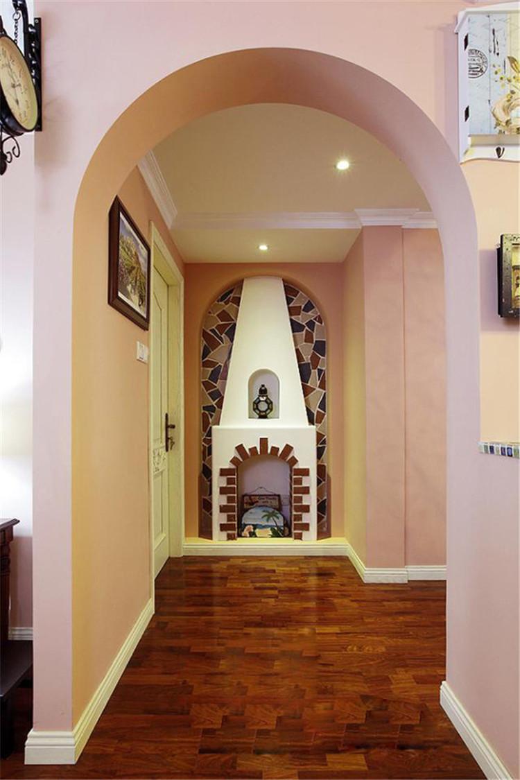 走廊尽头装饰出美式风格的欧式壁炉,美化了墙体,也带来了浓郁的民族