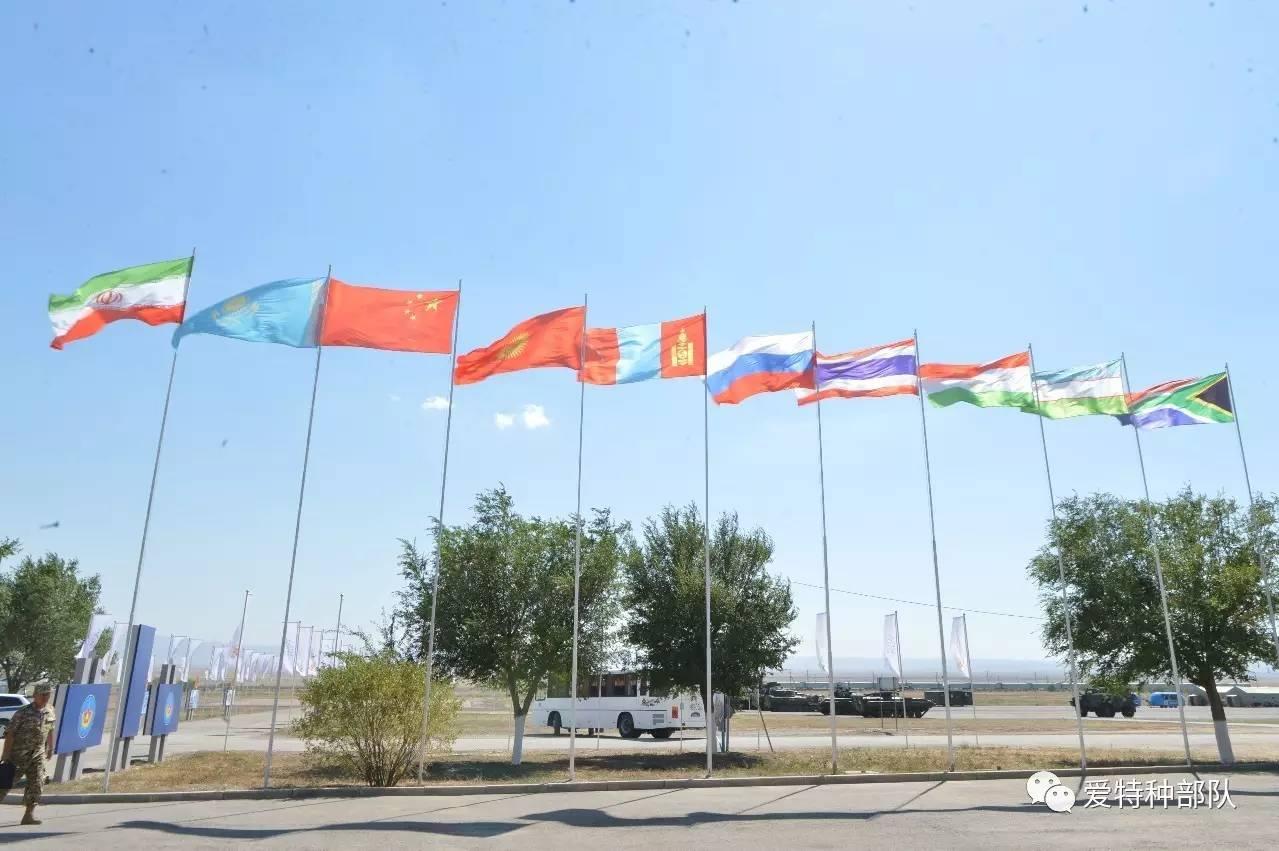 中国国旗在哈萨克斯坦上空高高飘扬