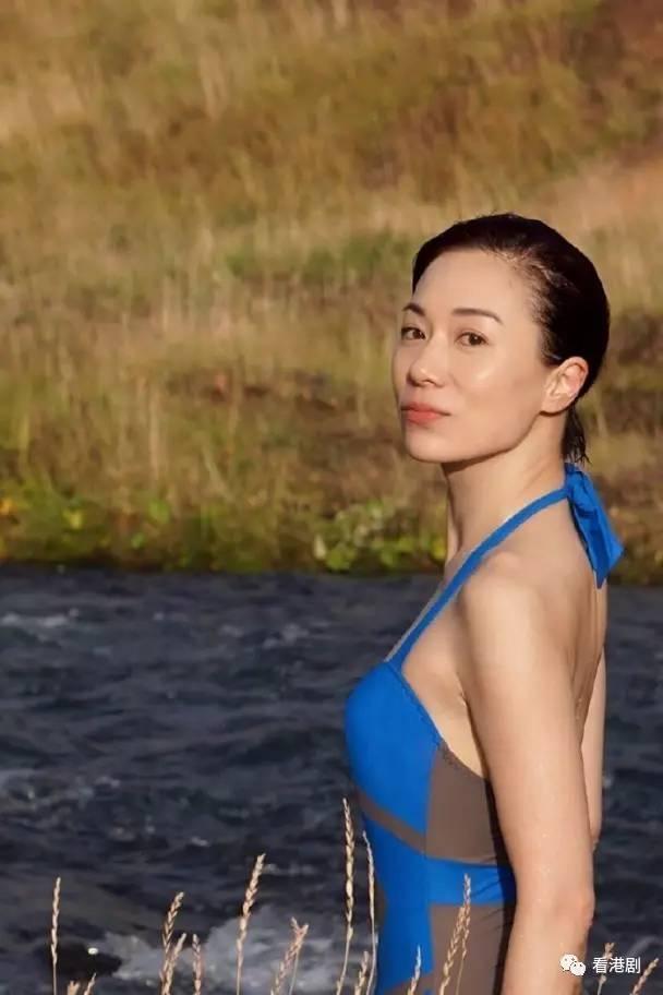 张可颐喺微博上载一张清凉泳衣照,佢着上蓝色绑颈一件头泳衣,大晒玉背