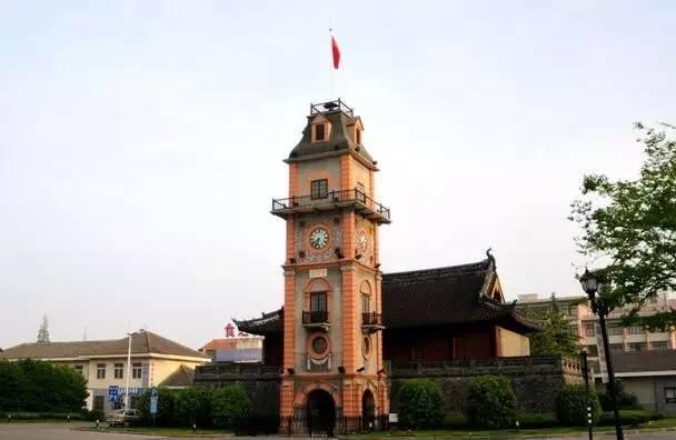 钟楼为南通建筑师 孙支厦设计,在风格上明显受着西方艺术的影响.